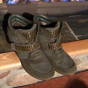 Sketchers Army green 3 inch wedge high cut shoes!